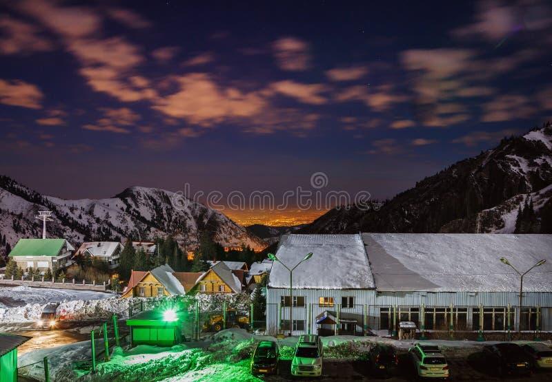 ALMATY KAZACHSTAN, Grudzień, - 25, 2015: Wieczór widok Almaty miasto od wysokogórskiego ośrodka narciarskiego Shymbulak obraz stock
