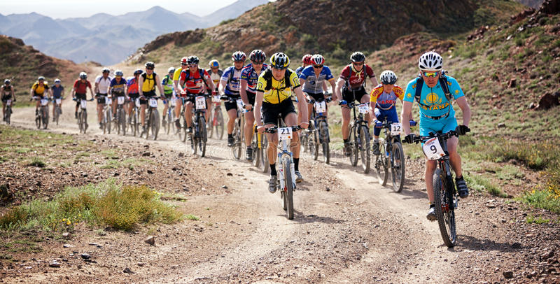 Competencia de la bici de montaña de la aventura fotos de archivo