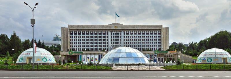 Almaty, Kazajistán - el edificio de la administración de la ciudad en fotografía de archivo