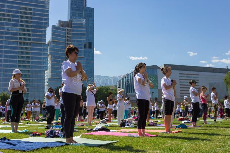 ALMATY, KAZAJIST?N - 18 DE JUNIO DE 2017: D?a de la yoga en la ciudad Aire libre total de la yoga fotografía de archivo libre de regalías