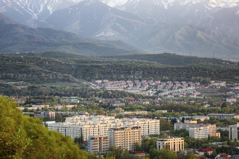 Almaty, Kazajist?n, 05 05 2017 Opinión superior sobre la ciudad moderna en las montañas fotos de archivo libres de regalías