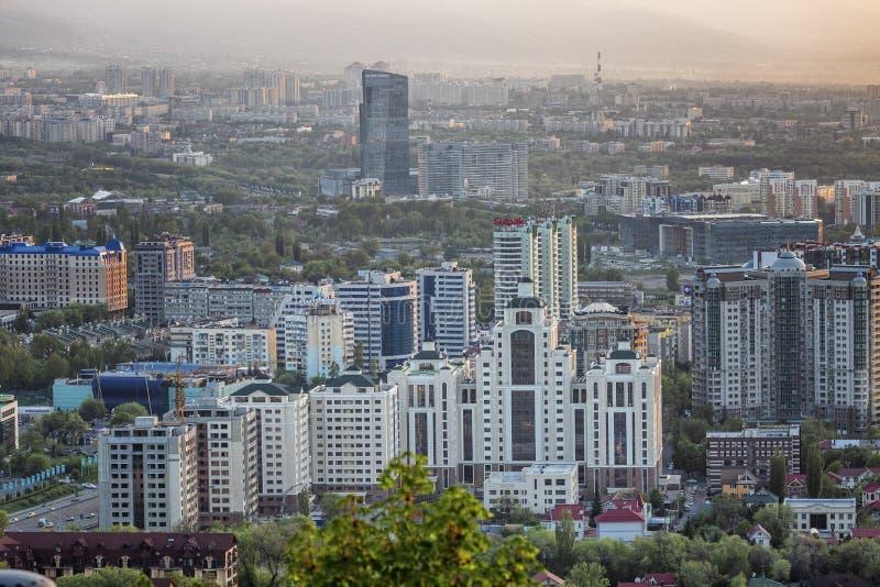 Almaty, Kazakhstan, 05 05 2017 Vue supérieure sur la ville moderne dans les montagnes au coucher du soleil images stock