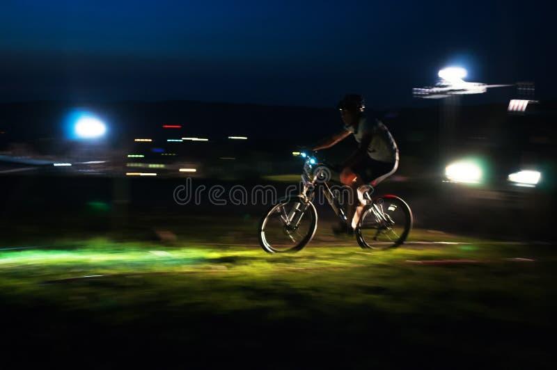 Concurrence de vélo de montagne de course de Nigth photographie stock
