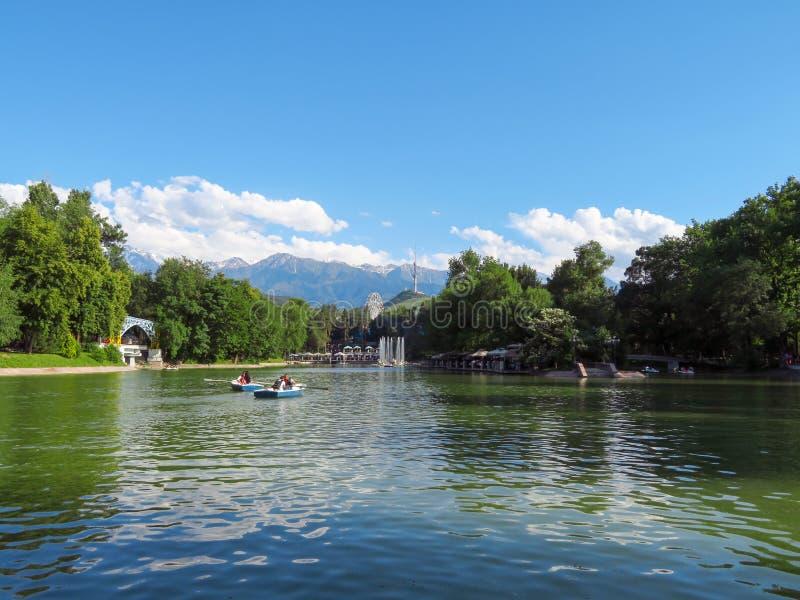 Almaty - sjön i staden parkerar royaltyfri foto