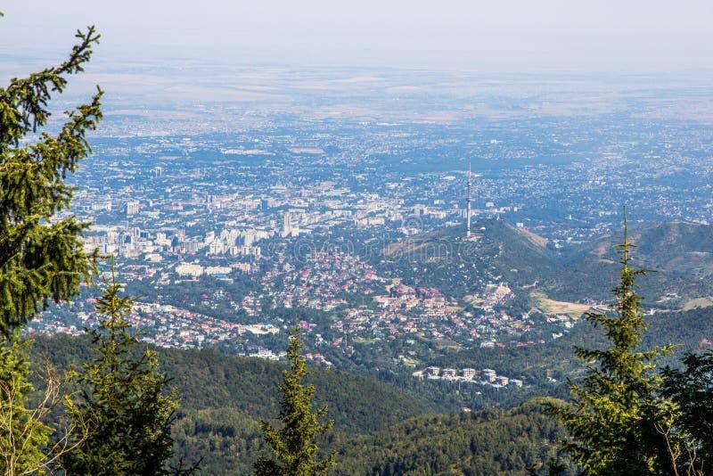 Almaty stadssikt från bergöverkant fotografering för bildbyråer