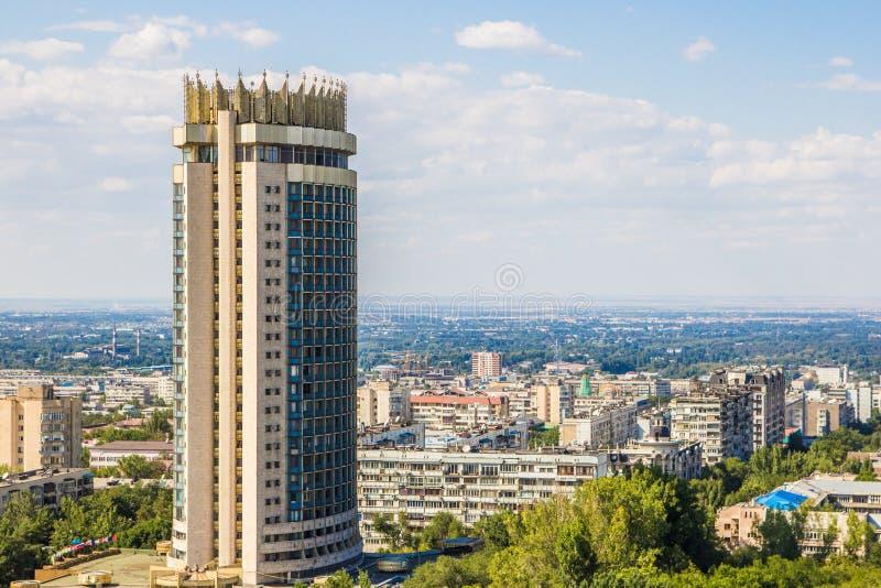 Almaty stadssikt, Kazakstan hotell i sommar royaltyfria foton