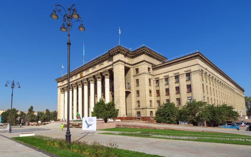Almaty - vista panorâmica à casa velha do quadrado e do governo imagem de stock