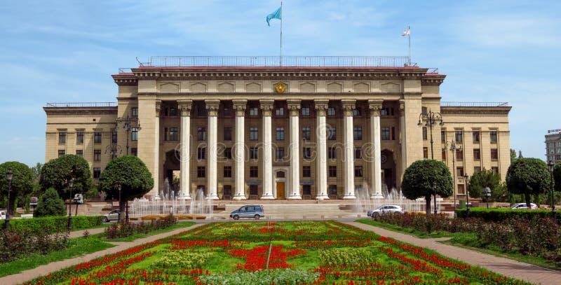 Almaty - vista panorâmica à casa velha do quadrado e do governo fotografia de stock