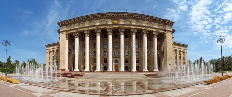 Almaty - vista panorâmica à casa velha do quadrado e do governo foto de stock royalty free
