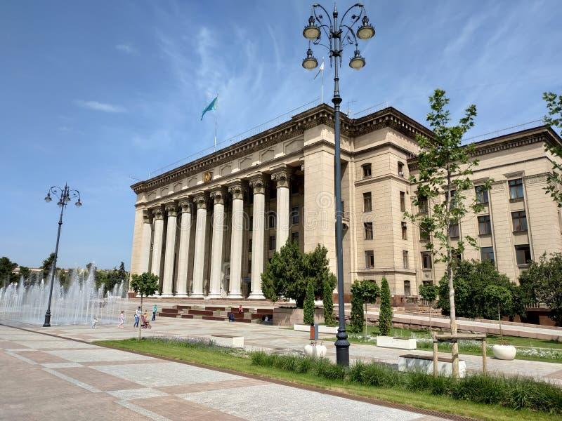 Almaty - vista panorâmica à casa velha do quadrado e do governo fotos de stock