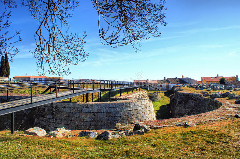 Almeida historisk by och stärkte väggar arkivbilder