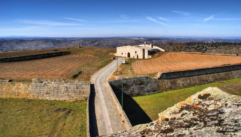Almeida historisk by och stärkte väggar royaltyfri fotografi