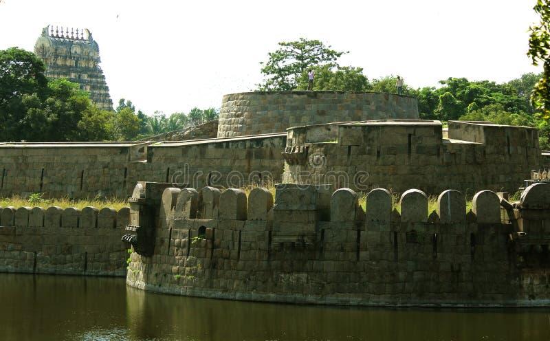 Almenaje del fuerte con la torre del templo imagen de archivo libre de regalías