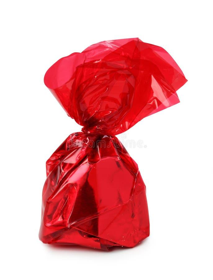 Almendra garapiñada del chocolate en hoja fotos de archivo libres de regalías