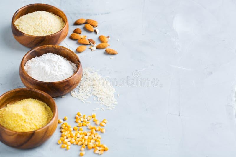 Almendra libre del gluten, maíz, harina de arroz en una tabla imágenes de archivo libres de regalías