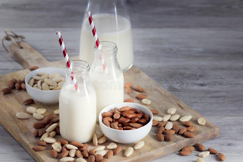 Almendras de la leche de la almendra, de la bebida del vegano, pelada y sin pelar imagen de archivo