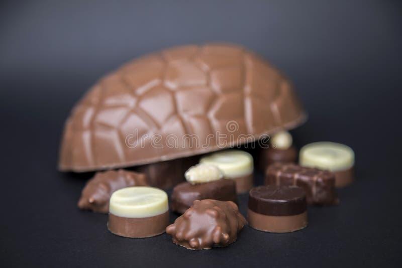 Almendras garapiñadas del chocolate imagenes de archivo