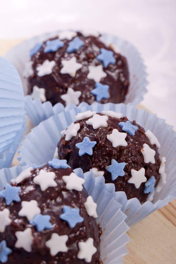 almendras garapiñadas del chocolate con las estrellas azules y del blanco fotos de archivo