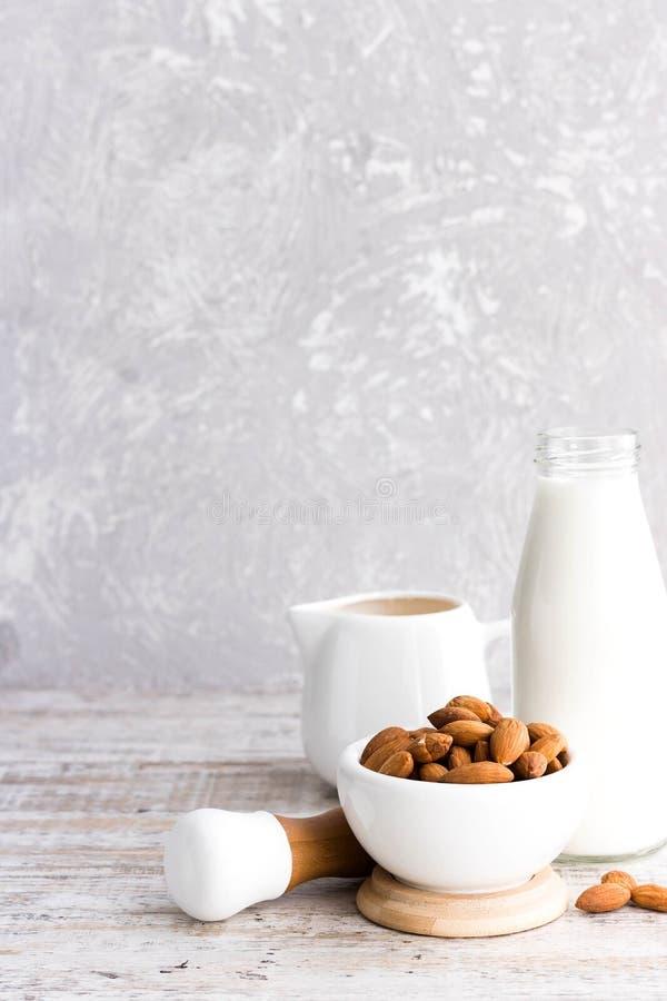 Almendras y leche de la almendra imagen de archivo libre de regalías
