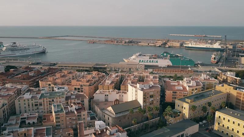 ALMERÍA, ESPAÑA - 26 DE SEPTIEMBRE DE 2018 Vista aérea de la zona costera y del puerto de la ciudad fotos de archivo