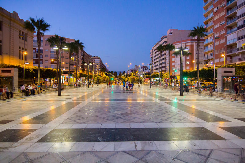 Almeria Spain September 1, 2014: Mensen die van de zelfs zomer genieten stock afbeeldingen