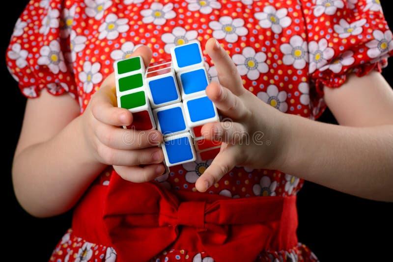Almetyevsk miasto Rosja, Luty, - 7, 2017: troszkę dziewczyna trzyma Rubik ` s sześcian zdjęcie stock