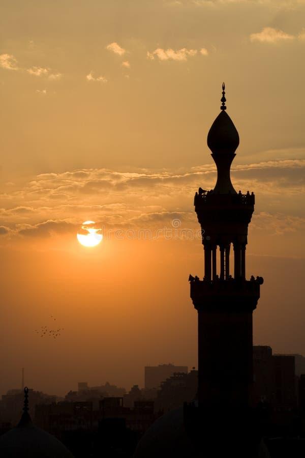 Alminar de la mezquita de El Cairo en la oscuridad fotos de archivo