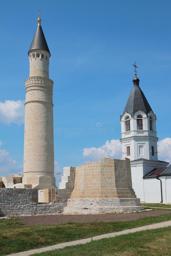 Alminar de la mezquita de la catedral y belltower de la iglesia de la suposición Búlgaro, Rusia fotografía de archivo