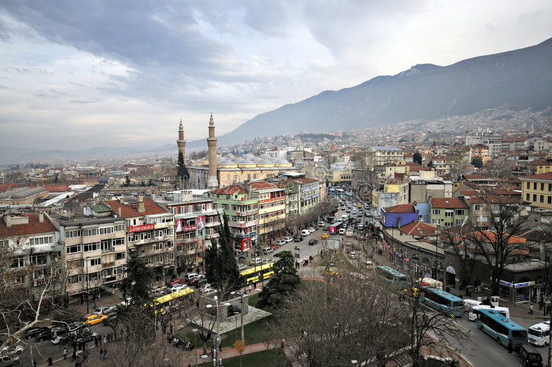 Alminar, mezquita y casas de Bursa, Turquía imagen de archivo libre de regalías