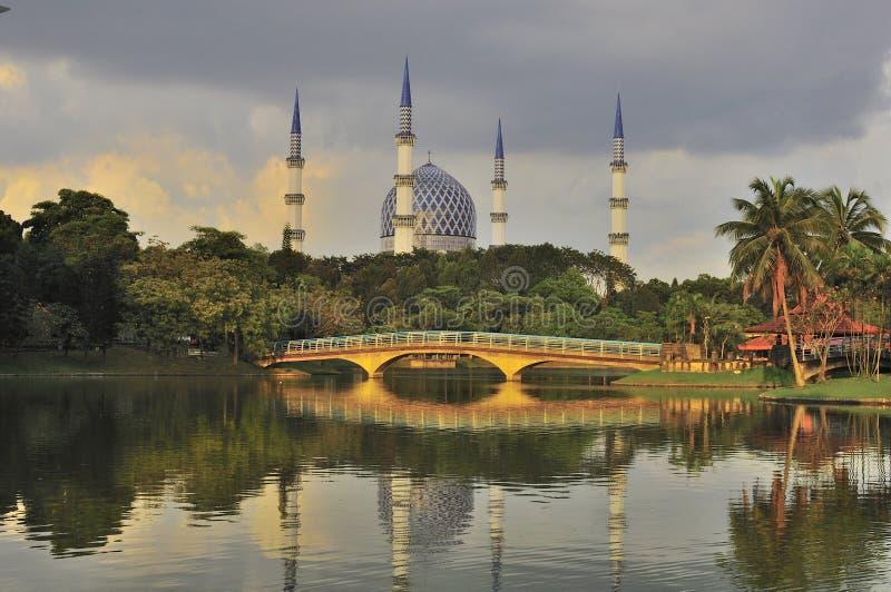 Alminar y bóveda de la mezquita con la reflexión foto de archivo libre de regalías