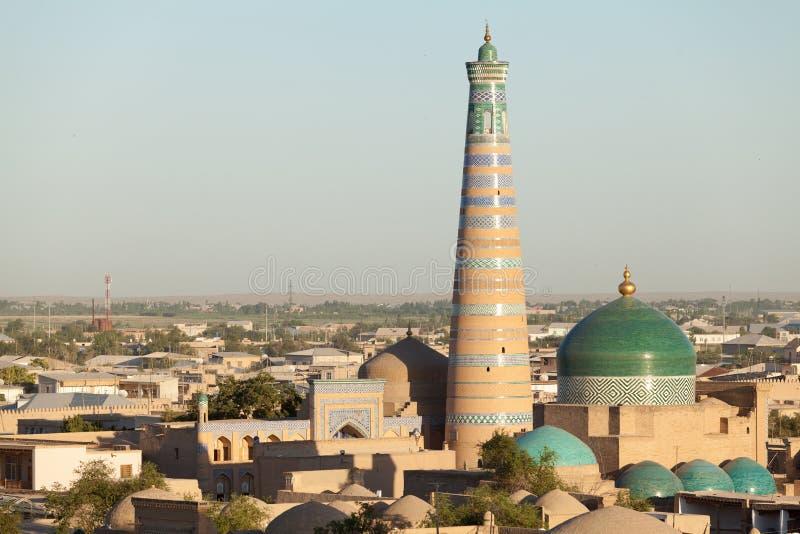 Alminar y Madrasa de Islom Hoja en Khiva fotografía de archivo
