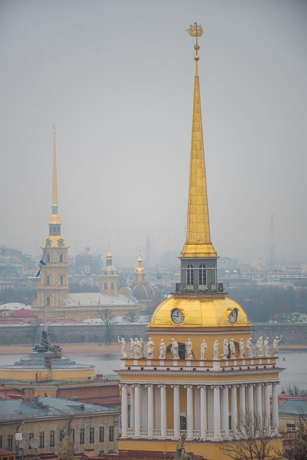 Almirantazgo en San Petersburgo fotos de archivo