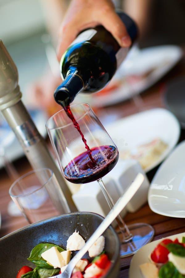 Almoço claro com vinho fotos de stock royalty free