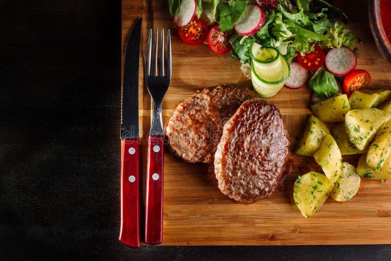 Almoço com almôndegas fritadas, sopa com carne e batatas em um rústico imagens de stock royalty free