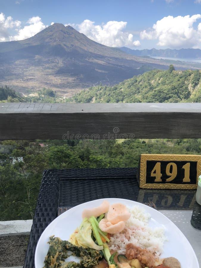 Almoço com opinião do vulcão de Kintamani em Bali fotos de stock royalty free