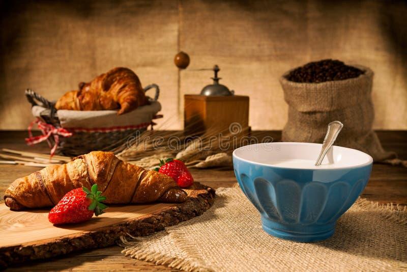 Almoço completo com croissant e leite imagens de stock royalty free
