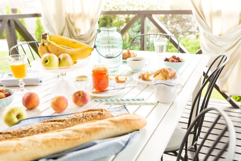 Almoço completo exterior do verão no terraço do jardim imagens de stock
