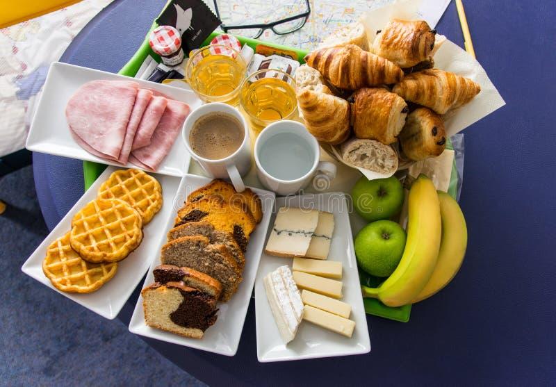 Almoço completo servido no hotel com bebidas dos croissant, do queijo, do presunto, dos frutos, as quentes e as frias imagem de stock