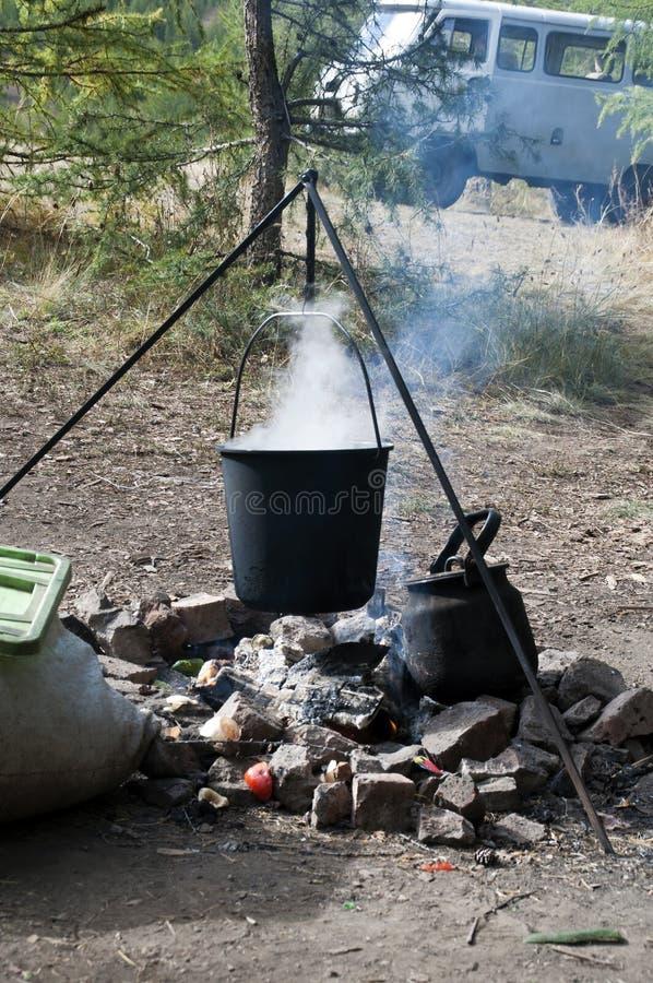 Almoço cozinhado sobre uma fogueira aberta fotografia de stock royalty free