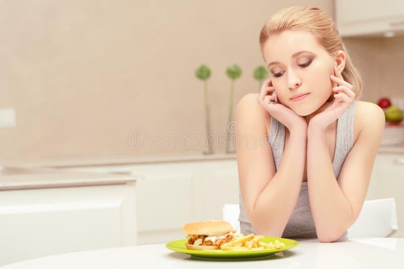 Almoço da jovem mulher e da comida rápida imagens de stock royalty free