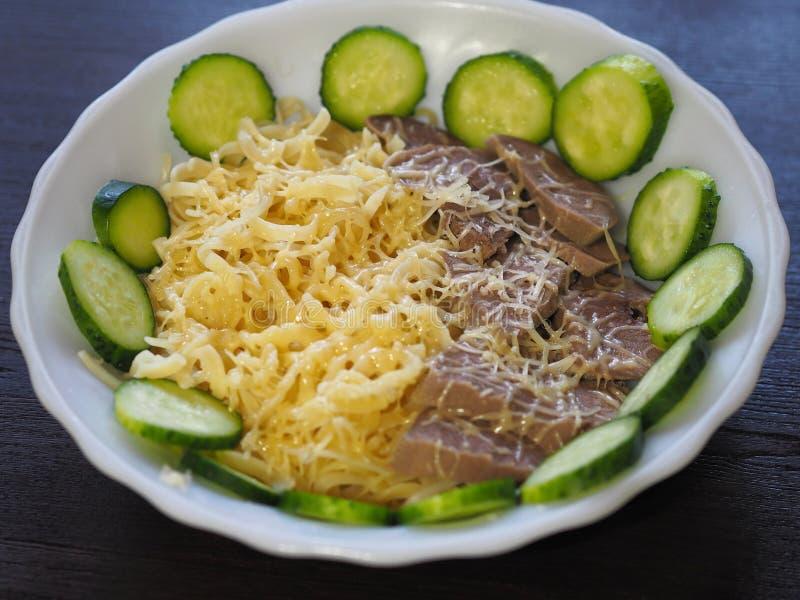 almoço de Alto-caloria com macarrão e queijo imagens de stock
