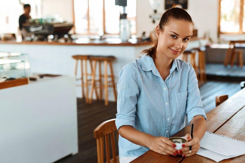 Almoço de negócio Mulher de sorriso saudável que come a sopa, trabalhando imagem de stock