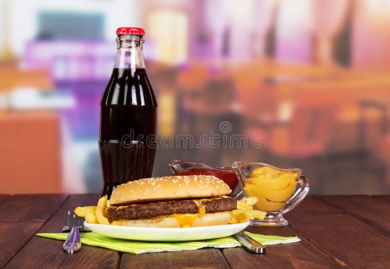 Almoço do fast food na tabela no café fotos de stock