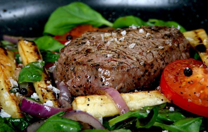 Almoço do verão com vegetais da mola, tomate de cereja & bife foto de stock