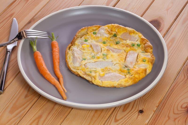 Almoço fácil rápido Omeleta da galinha e do vegetal Sl nutritivo imagem de stock