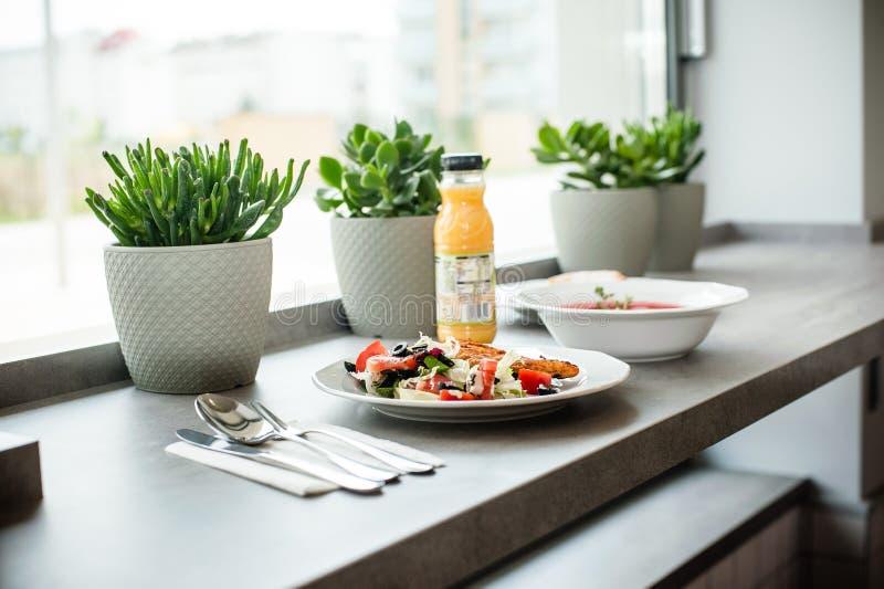 Almoço nos restaurantes imagens de stock royalty free