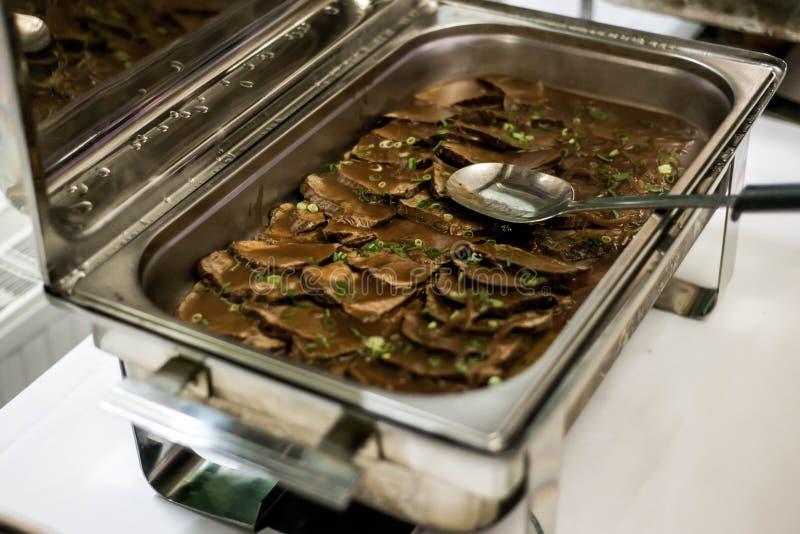 Almoço ou jantar do serviço do auto do bufete do alimento com fatias da carne da qualidade no molho no guisado imagem de stock