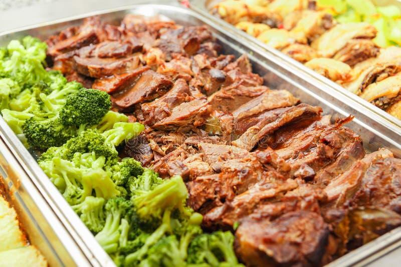 Almoço ou jantar do serviço do auto do bufete do alimento imagens de stock