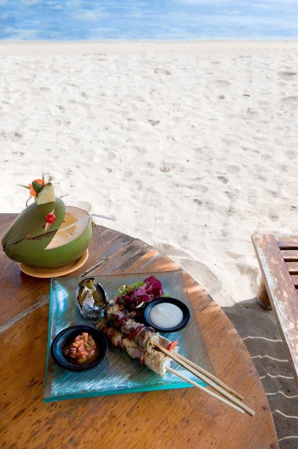 Almoço pela praia foto de stock