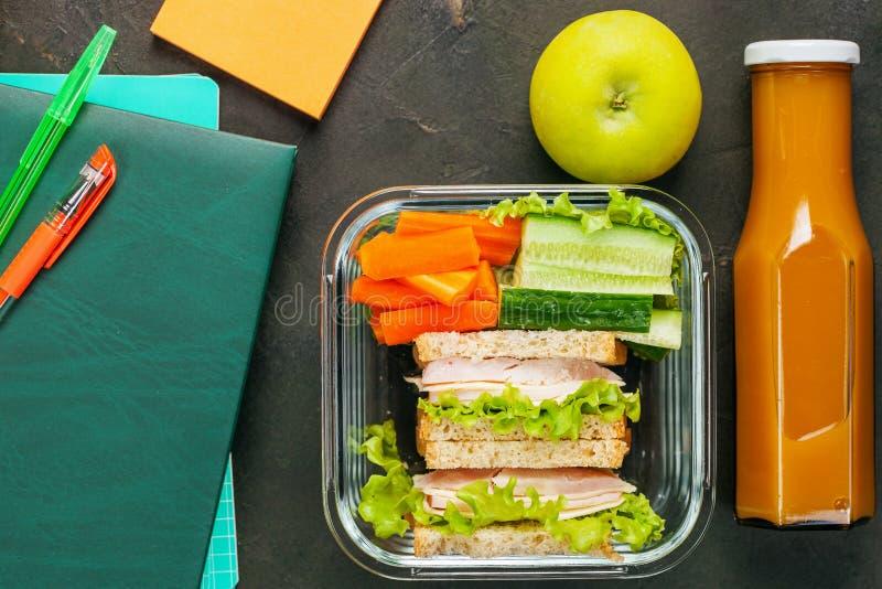 Almoço saudável em uma caixa imagens de stock royalty free